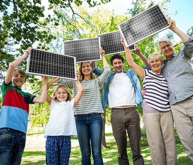 család napelemekkel